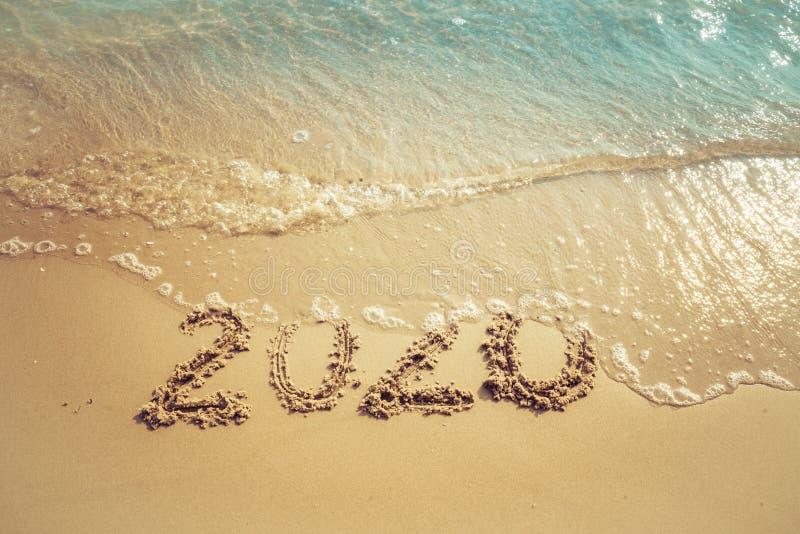 Concept 2020, lettrage de bonne année de 2020 nombres sur la plage de mer photographie stock libre de droits