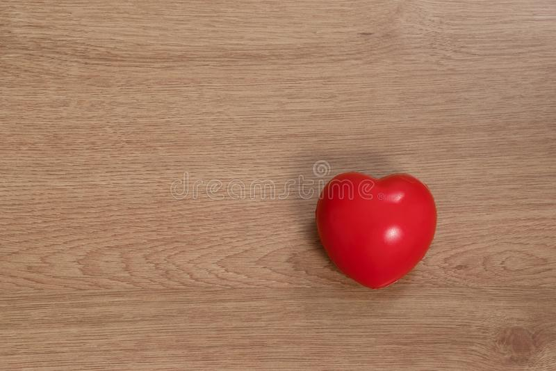 Concept liefde in de Dag van Valentine ` s Het rode hart wordt geplaatst op nastreeft stock afbeelding