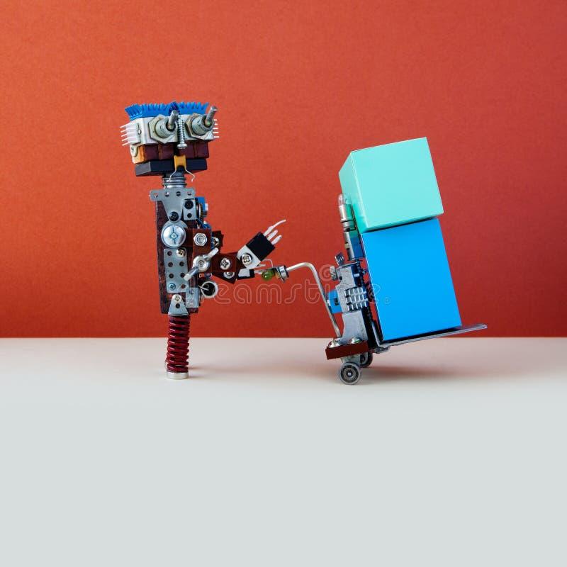 Concept logistique robotique de service de distribution Robot déplaçant de grandes boîtes avec le cric actionné de palette Mécani photographie stock