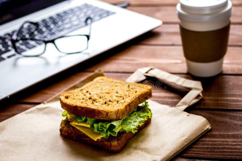 Concept lunch in de hoogste mening van het officeatwerk royalty-vrije stock afbeelding
