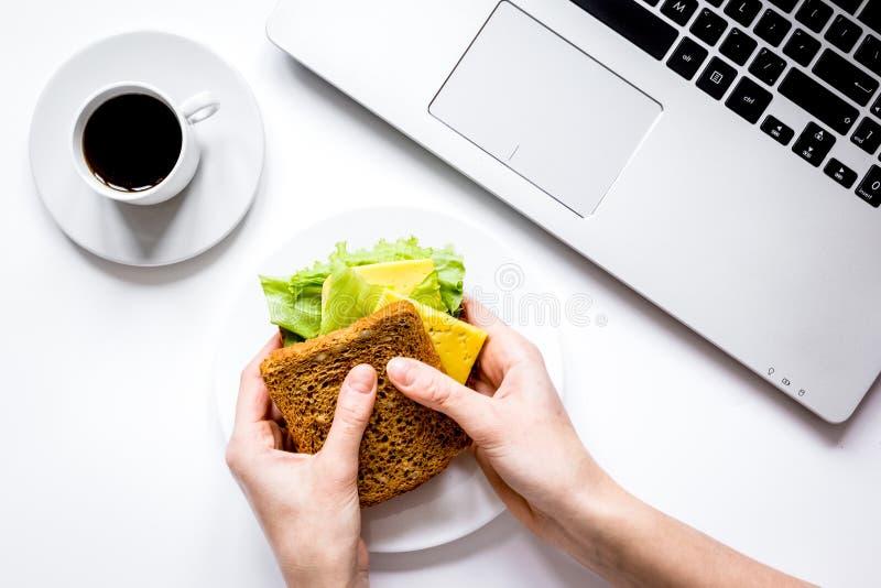 Concept lunch in de hoogste mening van het officeatwerk stock fotografie