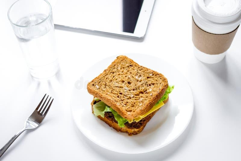 Concept lunch in de hoogste mening van het officeatwerk stock foto's