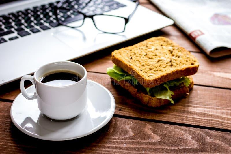 Concept lunch in de hoogste mening van het officeatwerk stock foto