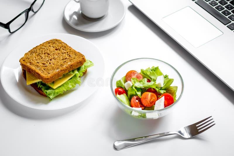 Concept lunch in de hoogste mening van het officeatwerk royalty-vrije stock afbeeldingen