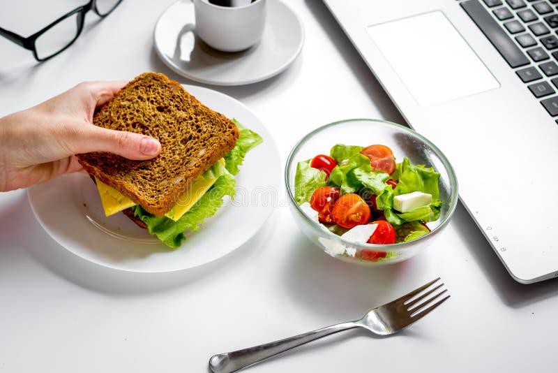 Concept lunch in de hoogste mening van het officeatwerk royalty-vrije stock foto