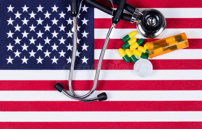 Concept médical avec le stéthoscope et les capsules sur la stat unie photo stock