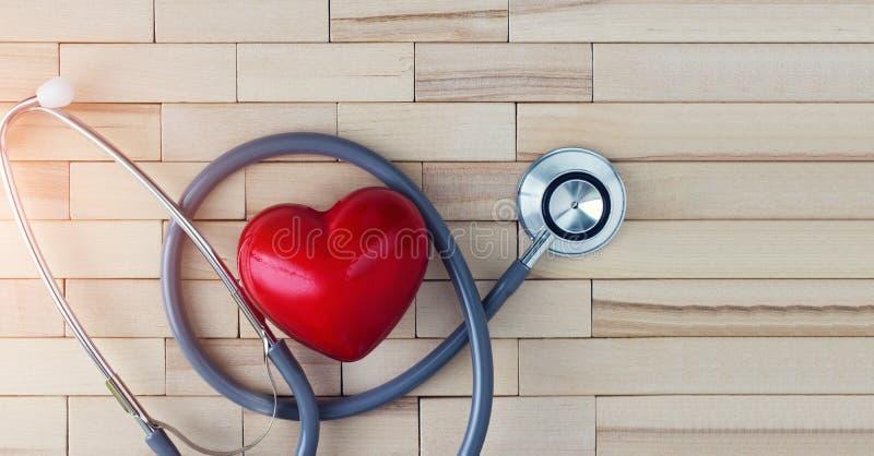 Concept médical, coeur rouge et stéthoscope sur le fond en bois photos libres de droits