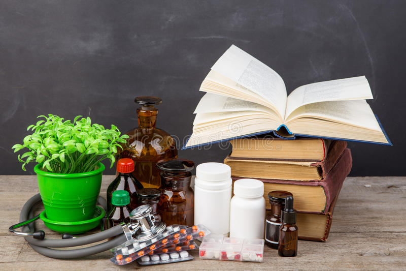 Concept médical d'éducation - livres, bouteilles de pharmacie, stéthoscope image libre de droits