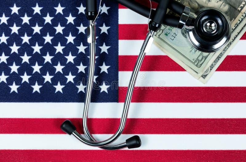Concept médical financier avec le stéthoscope et l'argent sur l'unité image stock