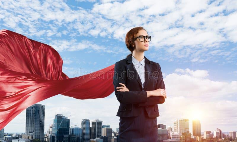 Concept macht en succes met onderneemstersuperhero in grote stad royalty-vrije stock foto