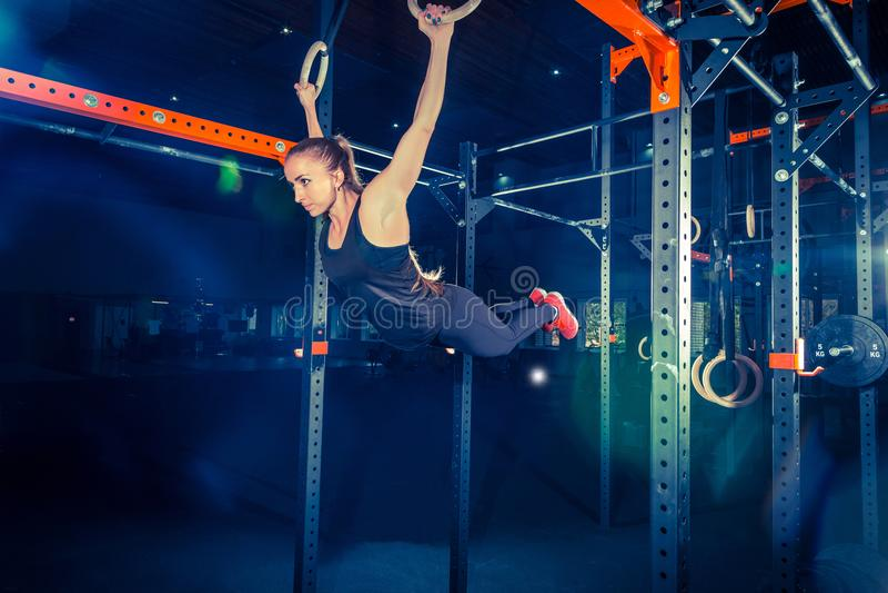 Concept: macht, sterkte, gezonde levensstijl, sport Krachtige aantrekkelijke spiervrouw bij CrossFit-gymnastiek royalty-vrije stock fotografie