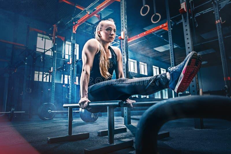 Concept: macht, sterkte, gezonde levensstijl, sport Krachtige aantrekkelijke spiervrouw bij CrossFit-gymnastiek royalty-vrije stock afbeelding