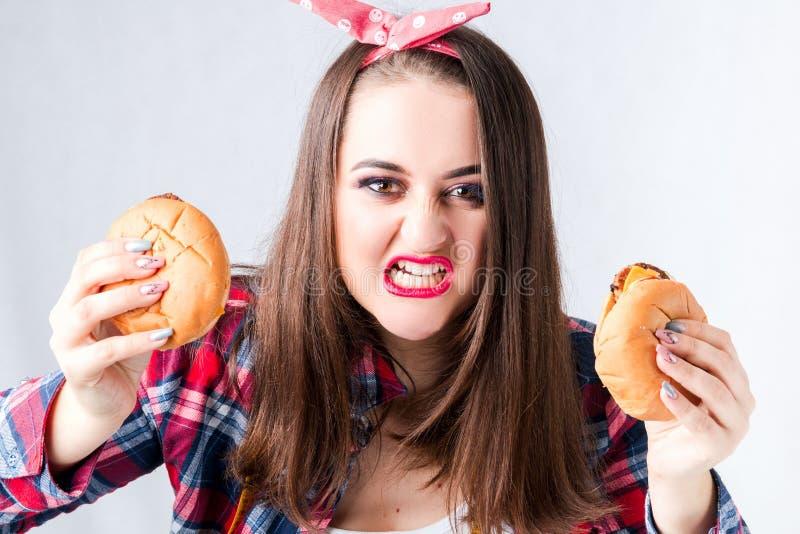Concept malsain de femme de graisse alimentaire, nourriture gâtée affamée de la fille XXL, Angr photographie stock libre de droits