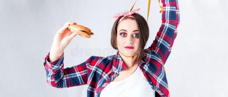 Concept malsain de femme de graisse alimentaire, nourriture gâtée de souhait affamé de la fille XXL, photos stock