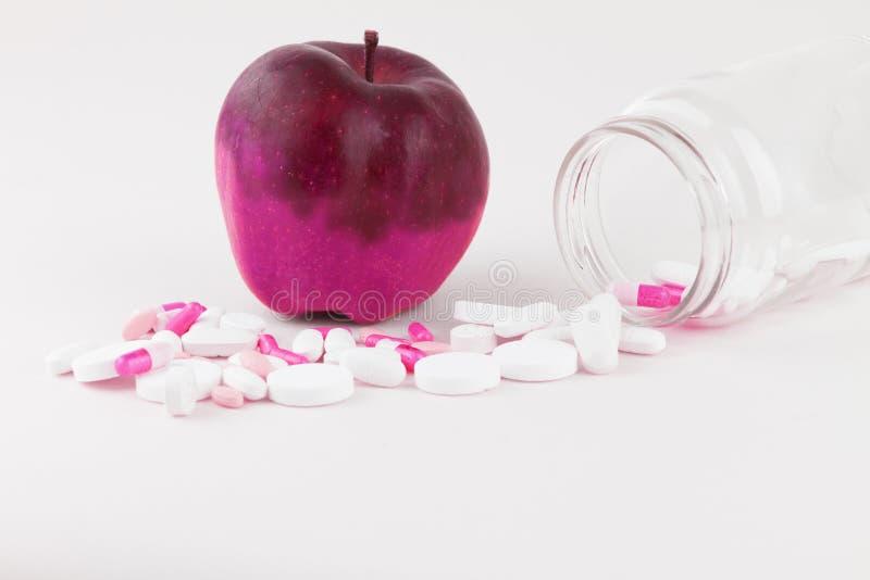 Concept : manipulation humaine de GMO de nature et de fruits empoisonnés relatifs Plan rapproché d'une pomme souillée en chang photo stock