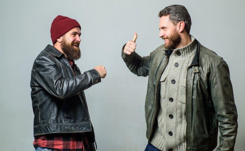Concept masculin d'amitié Vestes en cuir de vêtements pour hommes barbus brutaux Vrais hommes et confrérie Les amis heureux se vo photographie stock