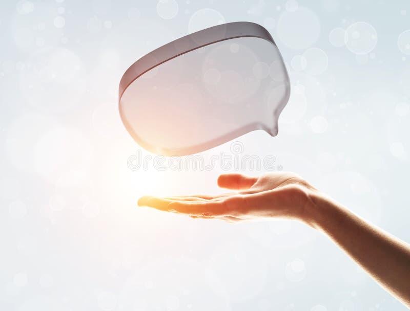 Concept mededeling door pictogram van het glas het lege praatje over grijze achtergrond stock foto's