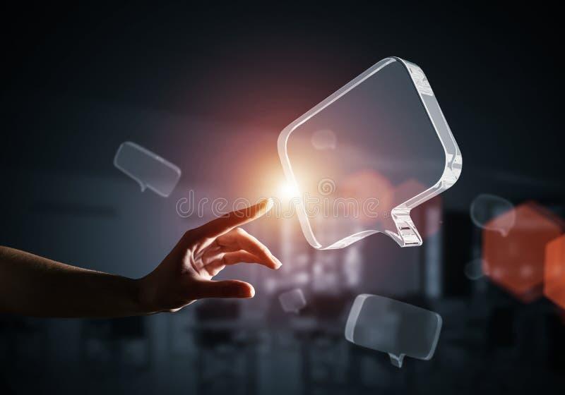Concept mededeling door pictogram van het glas het lege praatje over grijze achtergrond Gemengde media stock foto's