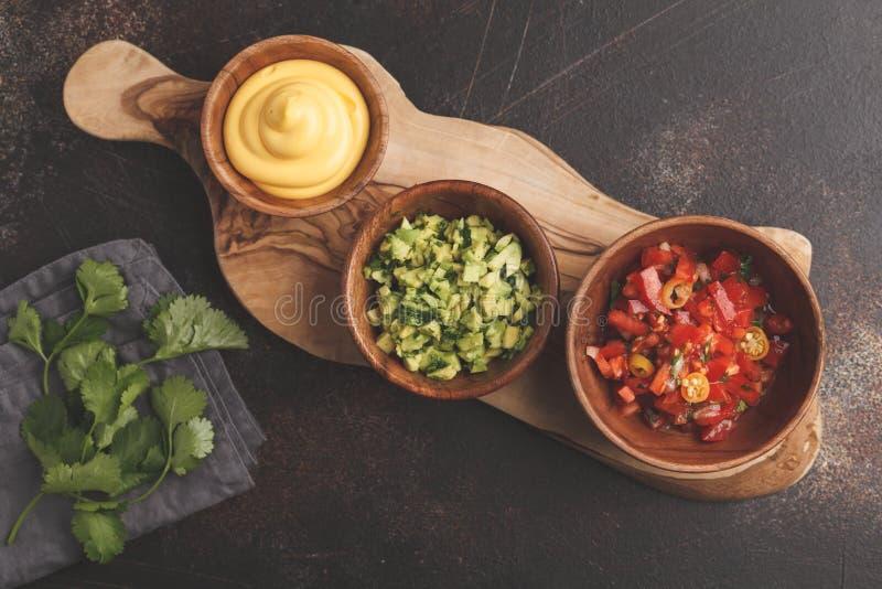 Concept mexicain de nourriture Diverses sauces aux nachos ou aux tacos dans le woode photos libres de droits