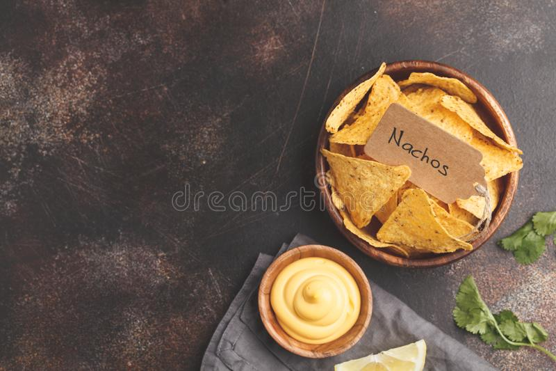 Concept mexicain de nourriture Nachos - puces jaunes de totopos de maïs avec c image libre de droits
