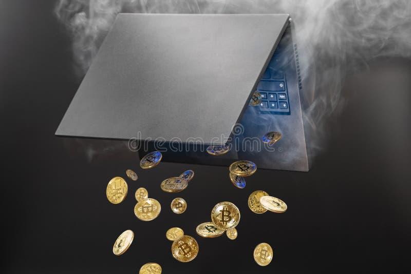 Concept mijnbouwcryptocurrency, Bitcoins van het stomen van laptop wordt geproduceerd die stock foto's