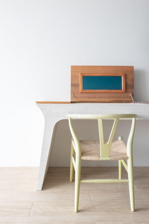 Concept minimaliste de concepteur d'architecte avec la chaise classique verte et la table moderne sur le plancher en bois avec le photo libre de droits