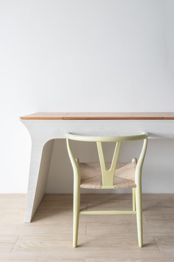 Concept minimaliste de concepteur d'architecte avec la chaise classique verte et la table moderne sur le plancher en bois avec le images libres de droits