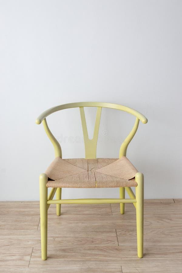 Concept minimaliste de concepteur d'architecte avec la chaise classique verte sur le plancher en bois avec le fond blanc de mur images libres de droits