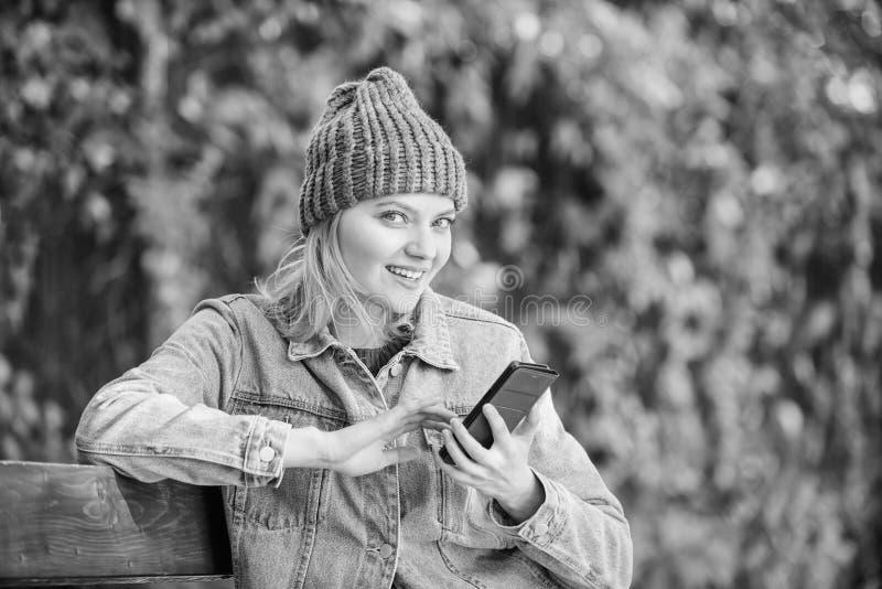 Concept mobile d'appel Fille avec le fond de nature de vert de smartphone Femme ayant la conversation mobile mobile photo stock