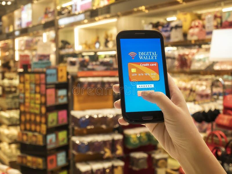 Concept mobile de portefeuille sur l'écran intelligent de téléphone au-dessus du magasin de tache floue photo libre de droits