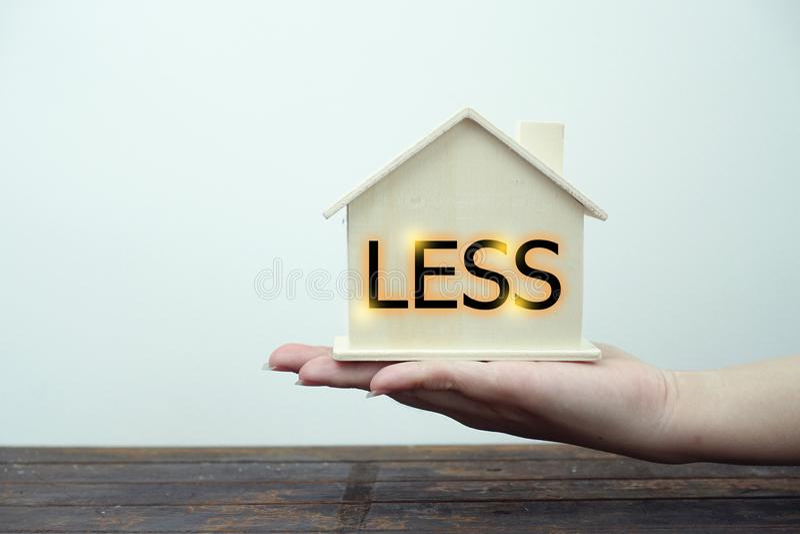 Concept moins pauvre de maison sur le fond blanc images libres de droits