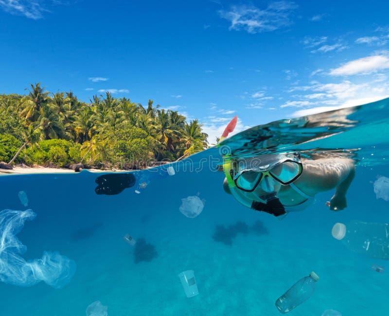Concept mondiaal probleem met plastic vuilnis stock afbeeldingen