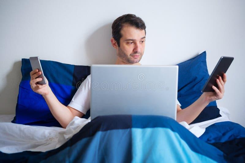 Concept multitasking en Internet-de verslaving van smartphonetechnologie stock afbeelding