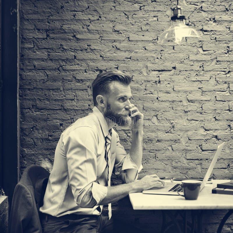 Concept noir et blanc de café d'appel téléphonique d'homme d'affaires images stock