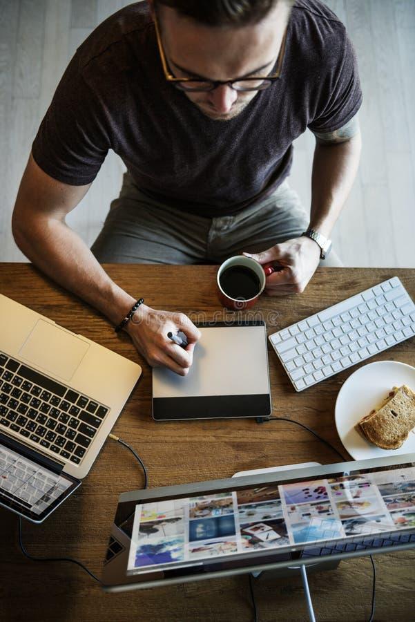 Concept occupé d'Editing Home Office de photographe d'homme image stock