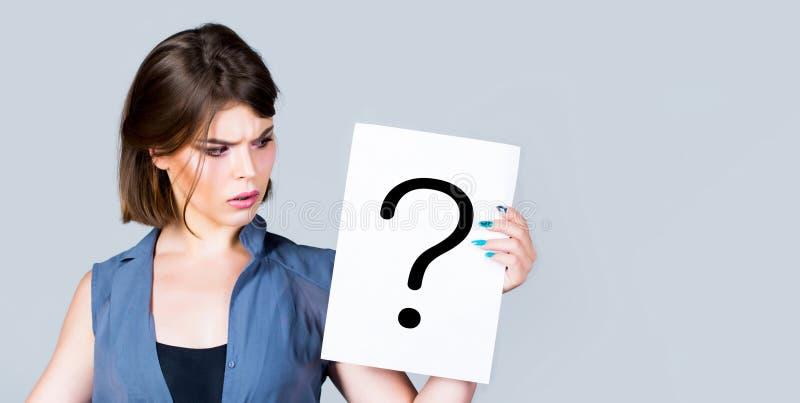 Concept - opwindende kwestie, die het antwoord zoeken Vrouw met twijfelachtige uitdrukking en vraagtekens De ruimte van het exemp royalty-vrije stock foto