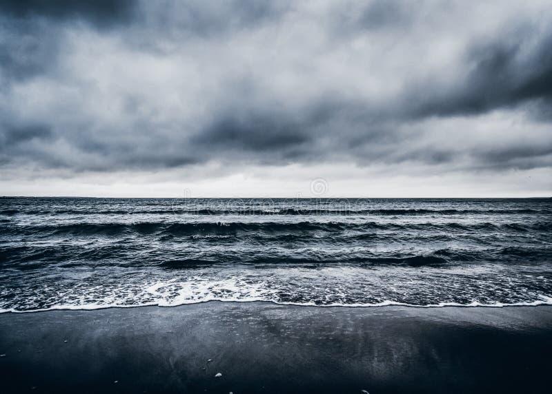 Concept orageux dramatique foncé de paysage marin image stock