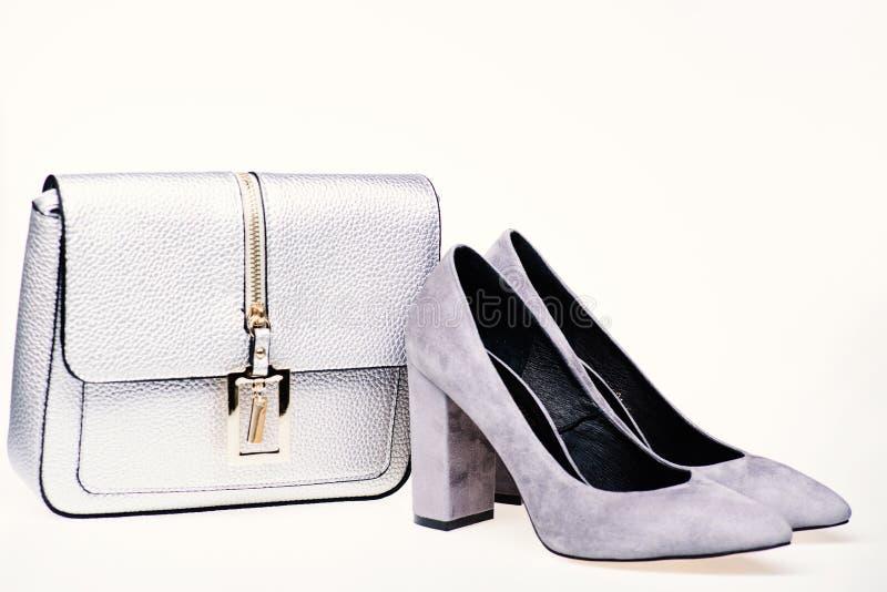 Concept parfait de match Chaussures fabriquées à partir de le suède gris sur le fond blanc Paires de chaussures gîtées par haute  image stock