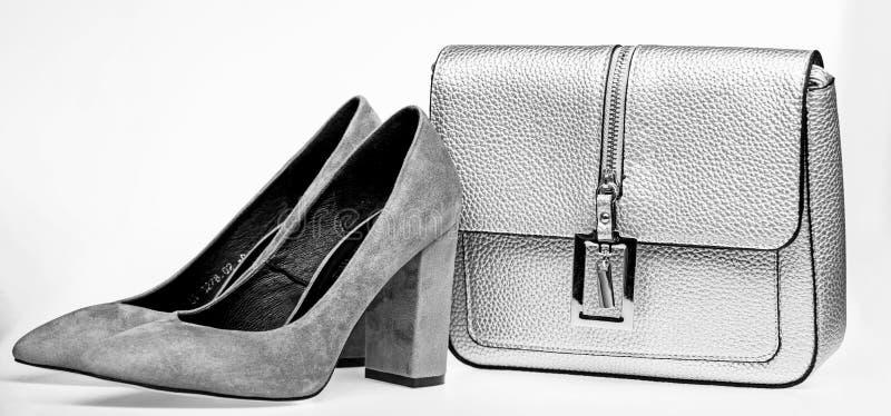 Concept parfait de match Les paires de la haute à la mode ont gîté les chaussures et la bourse argentée Chaussures fabriquées à p photos libres de droits