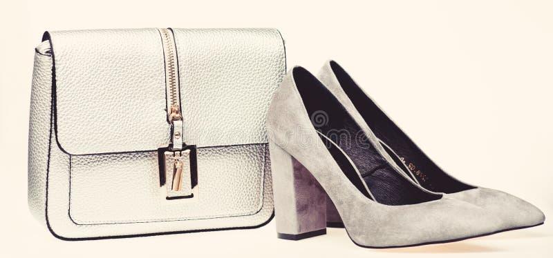 Concept parfait de match Les paires de la haute à la mode ont gîté les chaussures et la bourse argentée Chaussures fabriquées à p images stock