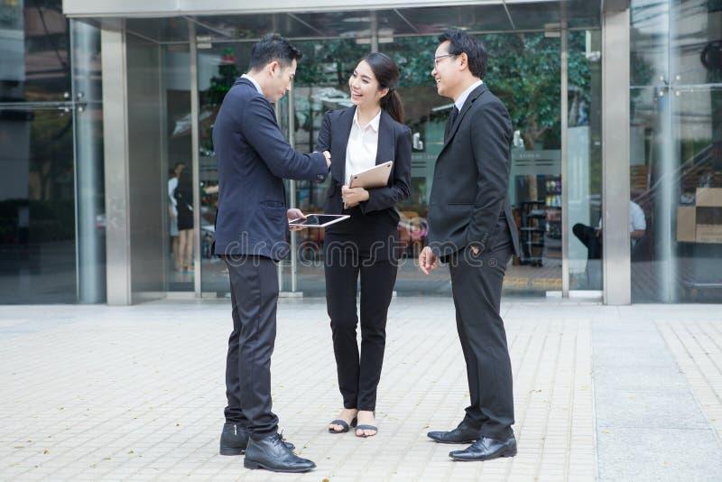 Concept parlant de coopération de poignée de main d'homme et de femme d'affaires photos stock