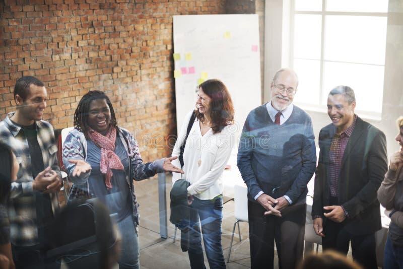 Concept parlant fonctionnant de réunion d'équipe d'affaires image stock