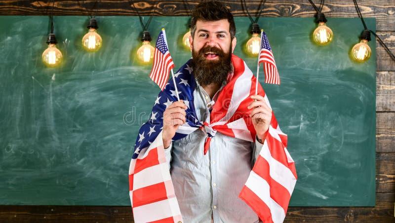 Concept patriotique d'éducation Portrait d'heureux sûr enthousiaste gai avec le denim de port de lancement d'étudiant toothy de s photographie stock