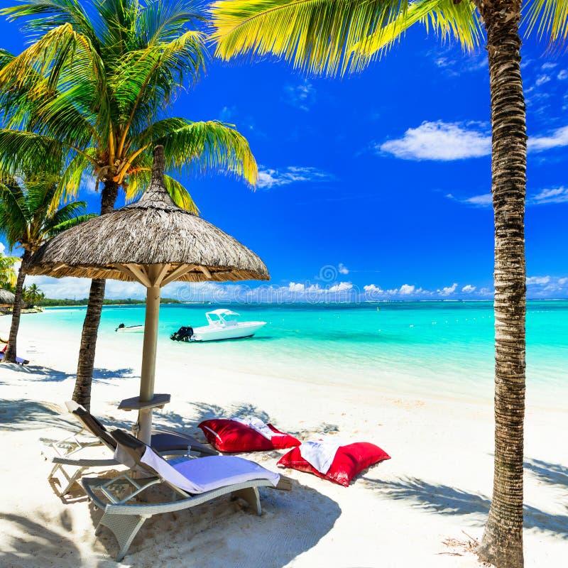 Concept perfecte tropische vakantie - witte zandige stranden en t stock afbeeldingen