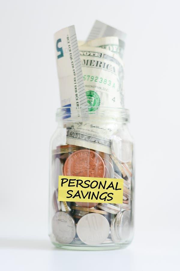 Concept personnel de l'épargne illustré avec l'argent dans un pot photos stock