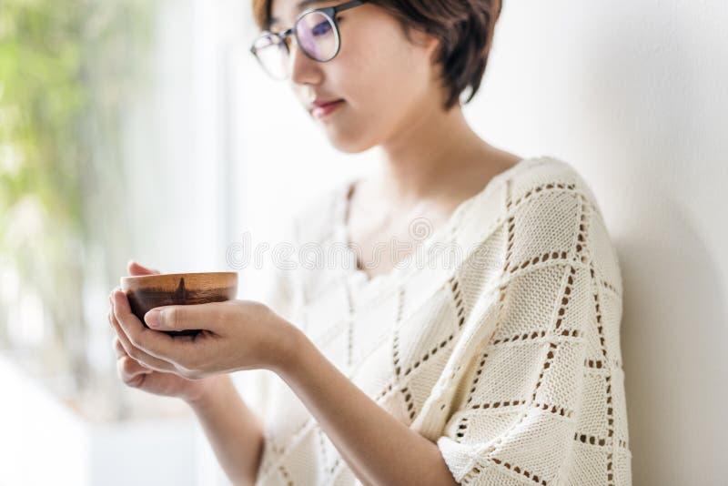 Concept potable de relaxation de rafraîchissement de boisson de thé de fille asiatique image stock
