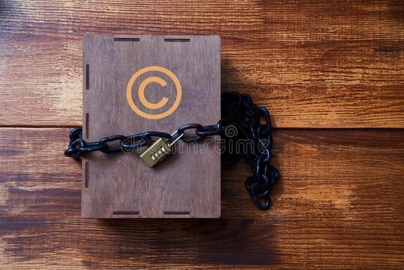Concept pour copyright, brevet ou propriété intellectuelle et protection d'idée Boîte enveloppée avec la chaîne sur la serrure images stock
