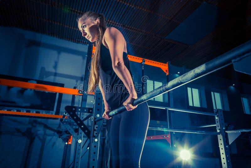 Concept : puissance, force, mode de vie sain, sport Femme musculaire attirante puissante au gymnase de CrossFit image libre de droits