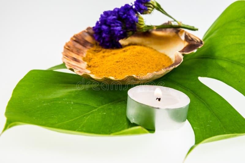 Concept réglé de station thermale avec la poudre de safran des indes dans le coquillage décoré de photo stock