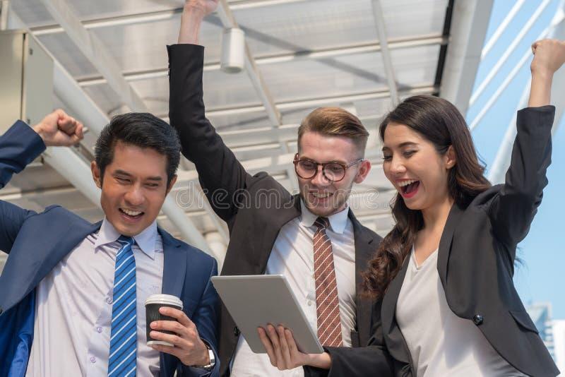 Concept réussi de commerçant : l'investissement heureux d'homme d'affaires, élèvent m photographie stock